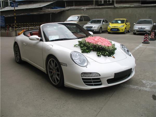 保时捷911是由德国斯图加特市的保时捷公司所生产的跑车。由费迪南德亚历山大保时捷(Ferdinand Alexander Porsche)所设计。从1963年诞生以来,共经历了七代车型,因其独特的风格与极佳的耐用性享誉世界,保时捷911系列是整个保时捷乃至于整个德国整个世界最传奇的车型之一,同时也是中后置引擎跑车的代表作之一。