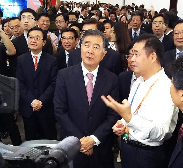 汪洋副总理视察海康威视展位