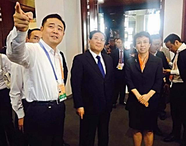 李强省长陪同北京副市长程红视察海康威视展位