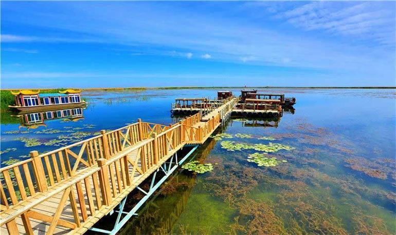 景区内分大小湖区,大湖水域辽阔,烟波浩淼,天水一色,被誉为沙漠瀚海中