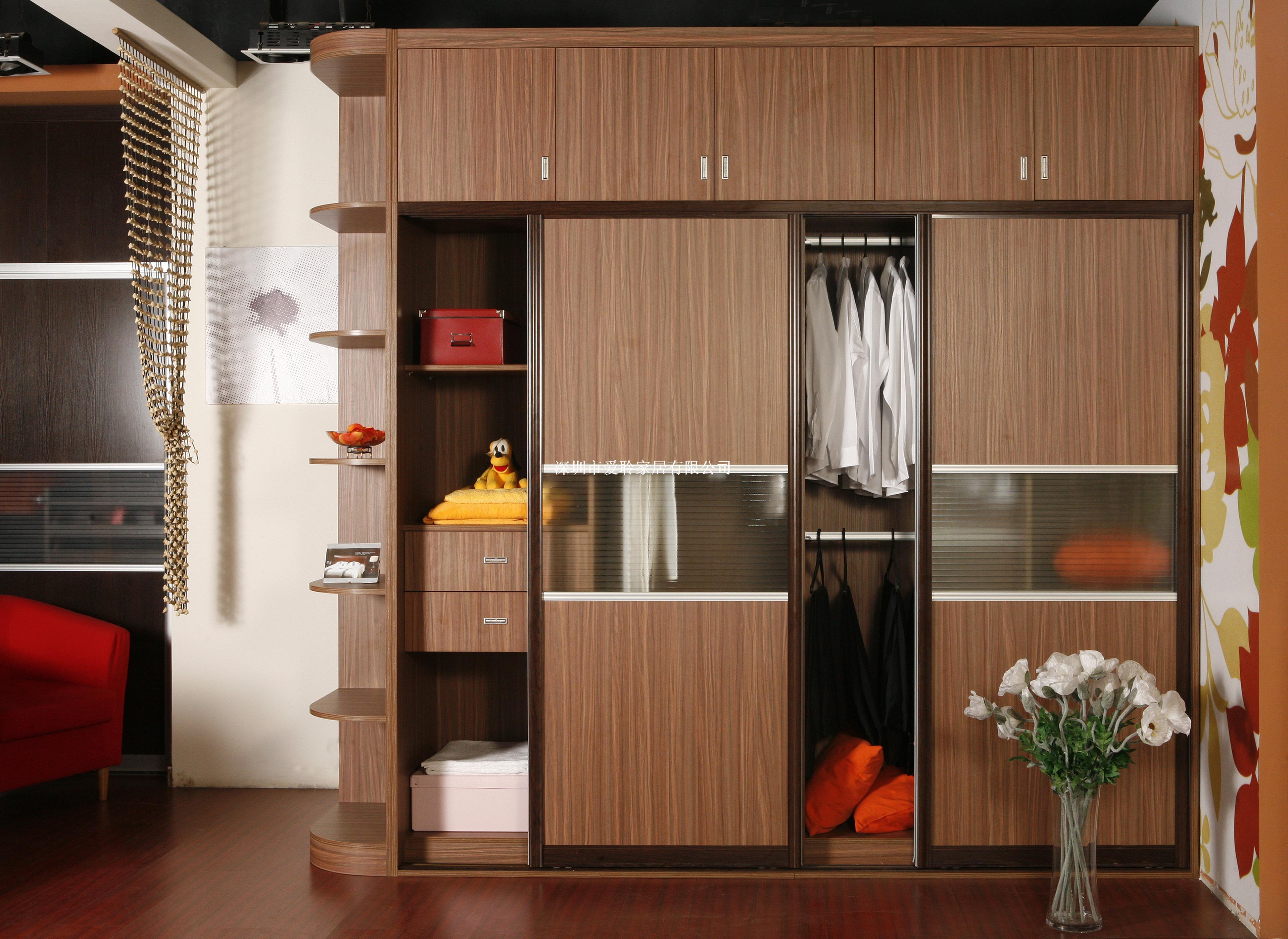 2,衣柜镜子切勿正对床铺       衣柜一般都是非常大的,而且
