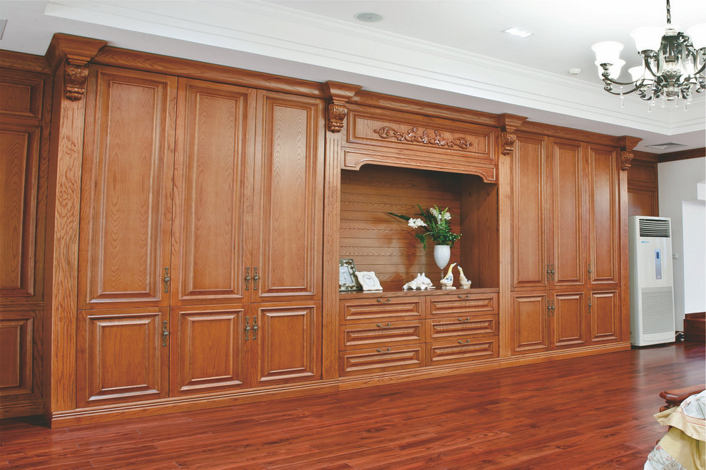 实木家具是指由天然木材制成的家具,家具表面一般都能看到木材真实的纹理。其实目前市场上的实木家具大致有两种:一种是纯实木家具,家具所有用材都是实木,包括桌面、柜子的门板、侧板等均用纯实木制成,不使用其他任何形式的人造板;另一种是仿实木家具,也就是从外观上看木材的自然纹理、手感及色泽都和实木家具一模一样,但实际上是实木和人造板混合制成的家具,例如侧板、搁板等使用薄木贴面的刨花板或中密度纤维板,桌脚和椅背则采用实木。 原色天然又健康 从颜色分析,实木家具之所以长盛不衰,在于它的原木色。原木色家具、原木色墙围、自