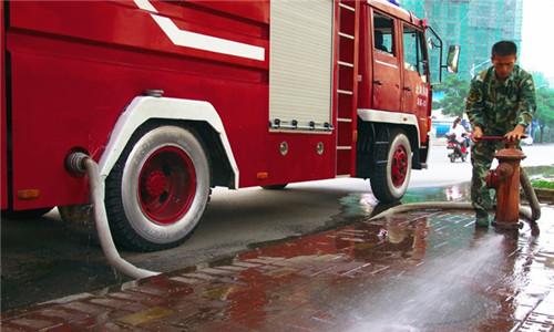 消防车消防栓注水