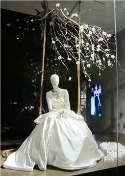 婚纱影楼装修欧式橱窗的设计图片