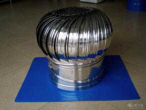 屋顶无动力风机500型,无动力风机工作原理是无动力涡轮通风机是利用自然风力及室内外温度差造成的空气热对流,推动涡轮旋转从而利用离心力和负压效应将室内不新鲜的热空气排出。2。特殊的设计带来的特殊能效;弧形风叶是经过科学的计算的佳结果,能严格保证工作状态下绝不会让雨水侵入。排风效率高,只要在不低于0.2公尺的微风或室内外温度差超过0.5℃,即可轻盈运转,有效的运作。中心轴设有精细台阶,使在高速运转下涡轮的风叶永不变形,从而大大的提高了通风机的使用寿命变角颈管设计,可以使通风机在0-22.5度斜面下随心所欲的安装,安装工程十分简便,一般人大约三十分钟之内可安装完成。客观的能效、经济的安装费用、低廉的维护成本