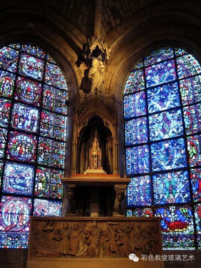 教堂内部极为朴素,严谨肃穆,几乎没有什么装饰。 进入教堂的内部,无数的垂直线条引人仰望,数十米高的拱顶在幽暗的光线下隐隐约约,闪闪烁烁,加上宗教的遐想,似乎上面就是天堂。 于是,教堂就成与上帝对话的地方。它是欧洲建筑史上一个划时代的标志。  主殿翼部的两端都有玫瑰花状的大圆窗,上面满是13世纪时制作的富丽堂皇的彩绘玻璃书。