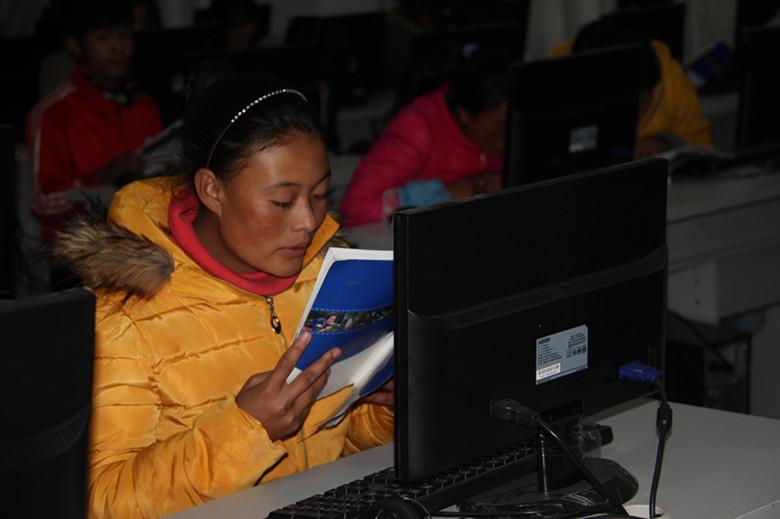 学员认真学习国家通用语言